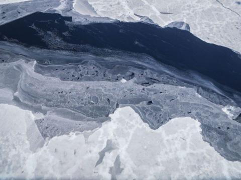 El hielo marino se ve desde el avión de investigación de la NASA Operación IceBridge en la región de la Península Antártica sobre la Antártida.