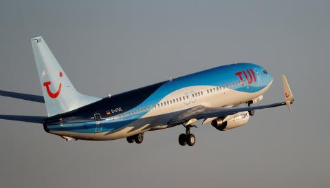 Un avión de Tui despega del aeropuerto de Son Sant Joan (Mallorca)