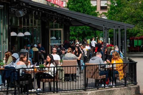 La gente acude a un restaurante de Estocolmo el 29 de mayo de 2020, en medio de la pandemia del coronavirus COVID-19
