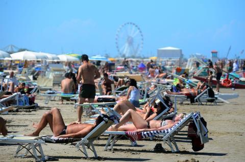Los italianos visitan la playa de Rimini el 2 de junio de 2020 en Bolonia, Italia. Muchos negocios italianos han podido reabrir, después de más de dos meses de un cierre destinado a frenar la propagación de Covid-19.
