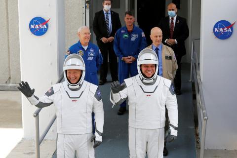 Douglas Hurley y Robert Behnken se dirigen al complejo de lanzamiento 39A antes del lanzamiento de un cohete SpaceX Falcon 9 y la nave espacial Crew Dragon en el Centro Espacial Kennedy, en Cabo Cañaveral, Florida, el 27 de mayo de 2020.