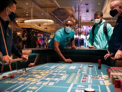 La gente juega a los dados después de la reapertura del Hotel y Casino Bellagio el 4 de junio de 2020.