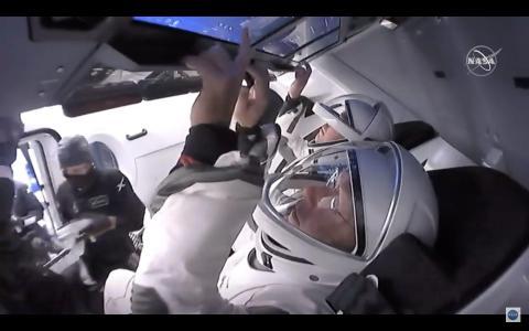 Behnken y Hurley amarrados a sus asientos en el Crew Dragon, el 27 de mayo de 2020.