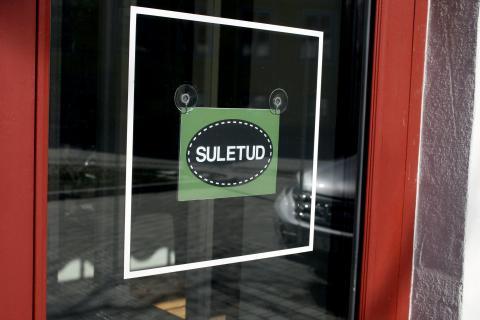 Cartel de cerrado en una tienda de una isla de Estonia.
