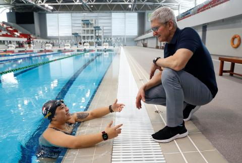 El CEO de Apple, Tim Cook, habla con la paralímpica de Singapur, Theresa Goh, sobre el Apple Watch que usa para entrenar.