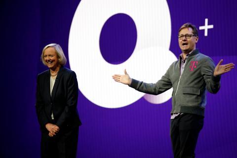 La CEO de Quibi, Meg Whitman, y el de T-Mobile, Mike Sievert, anuncian su colaboración.