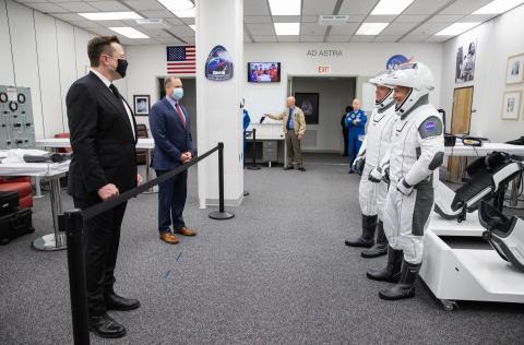 El CEO de SpaceX, Elon Musk, aguarda detrás del cordón de la NASA para culminar las pruebas de lanzamiento de su nave Crew Dragon.