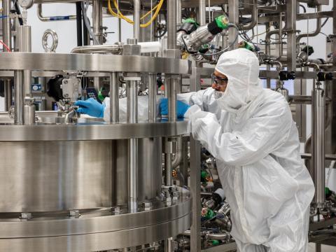 Un científico purifica plasma