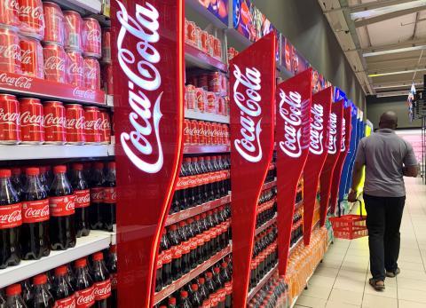 Botellas y latas de Coca Cola