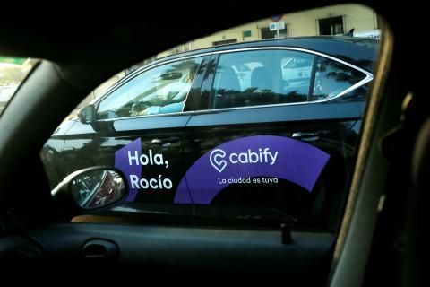 Un coche de Cabify, a través de la ventana de otro vehículo, en Málaga.