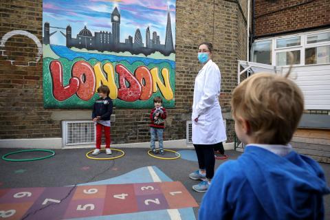 Un colegio de Londres utiliza aros para mantener la distancia entre los niños durante la pandemia de coronavirus