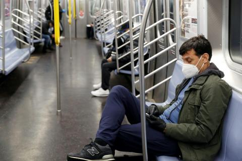 Un viajero en el metro de la ciudad de Nueva York el 30 de abril.
