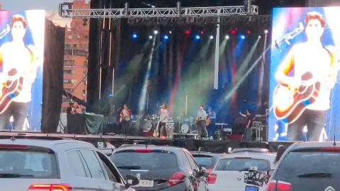 El grupo de música asturiano formado por Adrián, Juanin y Jorge, en una de sus actuaciones durante el BMW Drive In Fest.