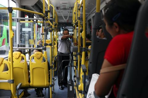Un conductor de autobús pide a los pasajeros que tosan en el codo