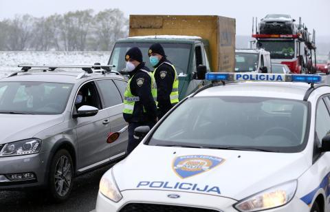 Control de policía en la entrada de Zagreb, Croacia.