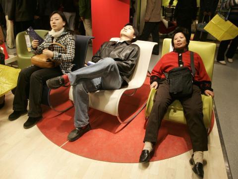 Siéntete libre de probar los muebles, pero no te pongas demasiado cómodo.