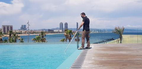 Ordóñez cuidando de la piscina en el W Barcelona.