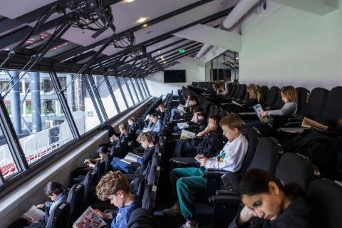 Los niños asisten a una clase celebrada en la tribuna del estadio Telia Parken con el fin de mantener las distancias sociales en medio de la nueva pandemia de coronavirus el 15 de mayo de 2020 en Copenhague.