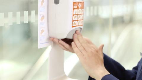 Dispensador de gel desinfectante.