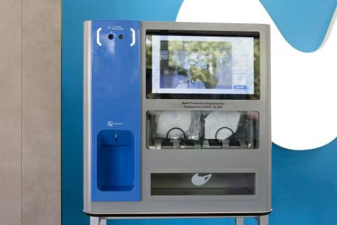 Un dispensador de gel hidroalcohólico y mascarillas IoT de Telefónica.