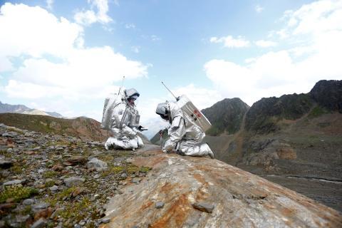 Dos astronautas en una simulación de una misión en Marte.