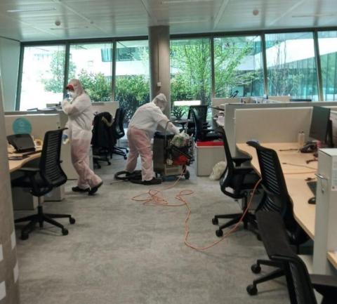 Dos personas limpiando la sede del banco Santander en Boadilla, en Madrid, al inicio de la pandemia.