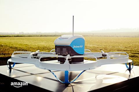 """El dron que Amazon utilizó para su primera entrega pública en el Reino Unido en 2016 fue apodado el """"cortador de césped volador""""."""