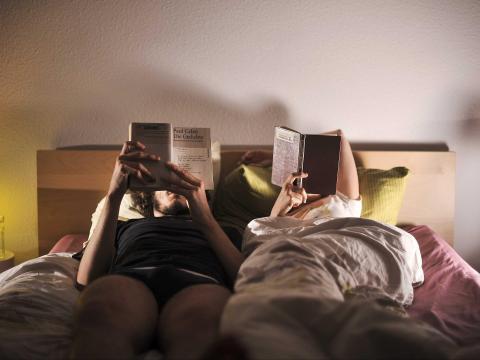 Para descansar mejor, baja las luces 1 o 2 horas antes de acostarte y lee.