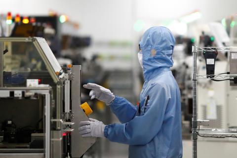 Un empleado trabaja en la fábrica de Renesas en Pekín