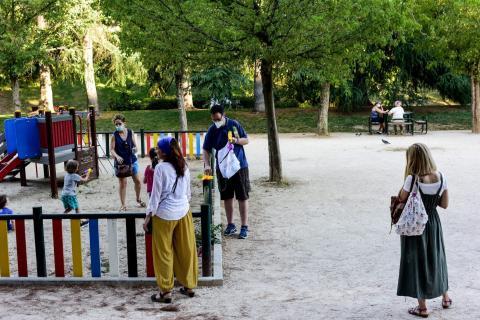Los padres supervisan a sus hijos desde fuera del parque el 23 de junio de 2020 en Madrid.