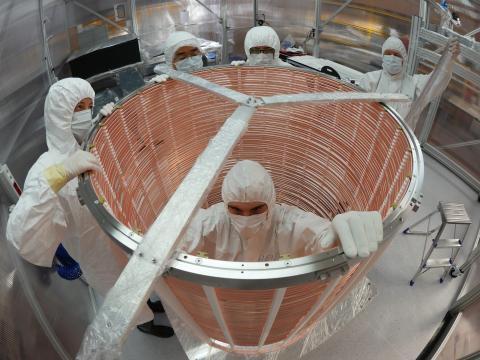 Ingenieros ensamblan la jaula de campo eléctrico del experimento XENON.