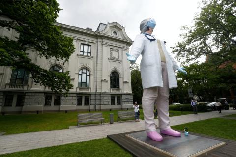 Estatua de 6 metros para los sanitarios en Riga, Letonia.