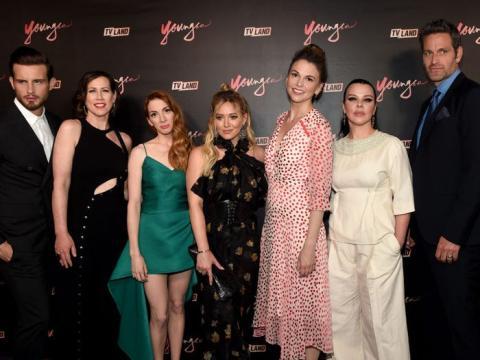 Nico Tortorella, Miriam Shor, Molly Bernard, Hilary Duff, Sutton Foster, Debi Mazar y Peter Hermann asisten a la fiesta de estreno de la cuarta temporada de 'Younger'.