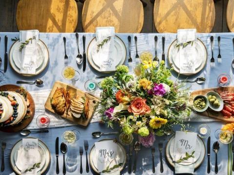 Una boda con mesas estilo familiar.
