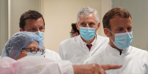 El Presidente francés Emmanuel Macron visita un laboratorio de una unidad de vacunas en la planta de Sanofi Pasteur en Marcy-l'Etoile, Francia.