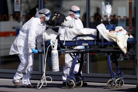Un equipo de emergencia francés en el hospital universitario de Estrasburgo el 16 de marzo.