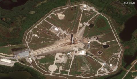El satélite WorldView-1 de Maxar capturó una imagen de la plataforma de lanzamiento a las 3:18 p.m., cuatro minutos antes del lanzamiento.