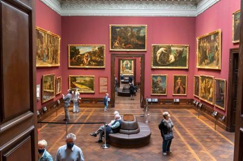 Los visitantes acuden a ver las pinturas de la Galería de los Viejos Maestros en el complejo del palacio Zwinger el primer día que el palacio reabrió al público durante la crisis del coronavirus el 5 de mayo de 2020 en Dresde, Alemania.