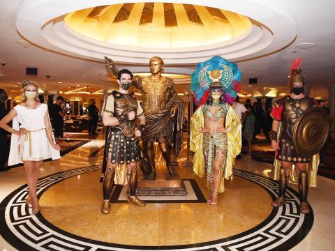 Julio César, Cleopatra y el resto del elenco de la Corte Real posan para una foto en la reapertura del Caesars Palace el 4 de junio de 2020.