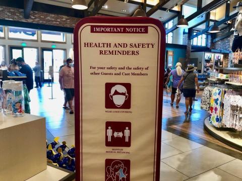 Un letrero sobre salud y seguridad en Disney Springs.