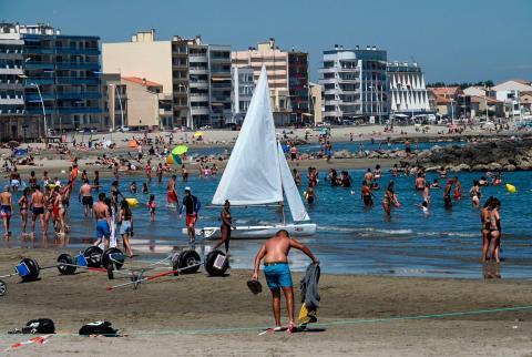 La gente se refresca en el mar durante una ola de calor en una playa de Palavas-les-Flots, en el sur de Francia, el 23 de junio de 2020