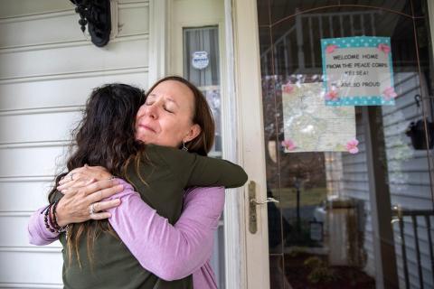 Holly Balcom, de 54 años, abraza a su hija Kelsea Mensh, de 22.