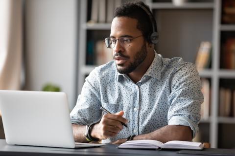 Hombre delante de un ordenador