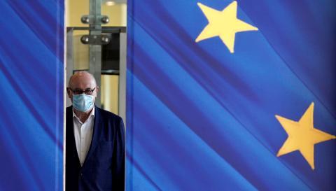 Un hombre con mascarilla en el edificio de la Comisión Europea en Bruselas