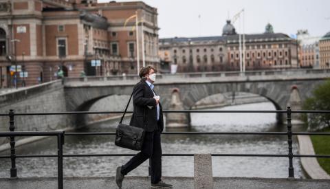 Un hombre con mascarilla pasea en Estocolmo (Suecia)
