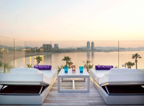 El hotel también cuenta con un solárium y un bar en la azotea con vistas al mar Mediterráneo.