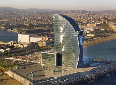 El hotel tiene vistas al mar y a la ciudad.