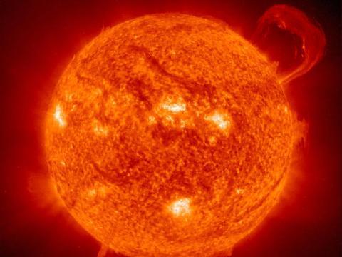 Una gran prominencia brota del sol, el 14 de septiembre de 1999.