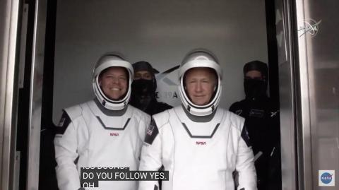 Los astronautas de la NASA Bob Behnken y Doug Hurley suben al ascensor en la plataforma de lanzamiento 39A, 27 de mayo de 2020.