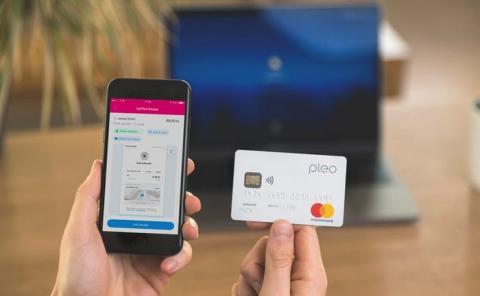 Imagen de la tarjeta de Pleo y su aplicación